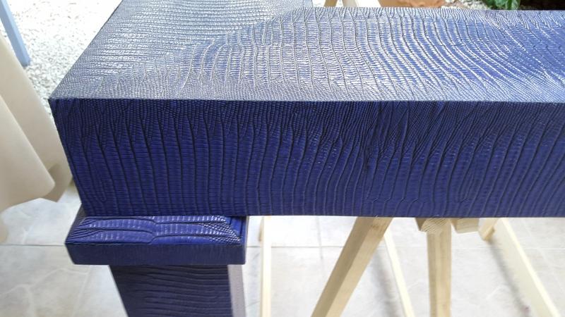 Table basse gainée en cuir imprimé façon Lézard