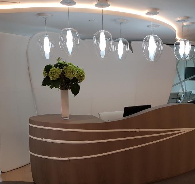 Banque d\'accueil gainage tuiles en cuir blanc+ déco ceintures cuir blanc sur façade de comptoir