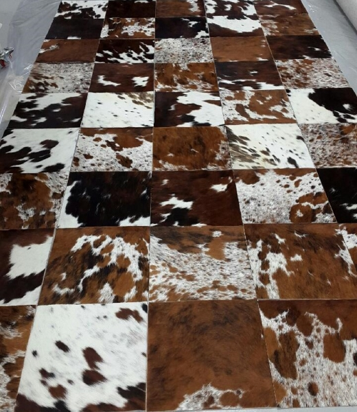 Fabrication d\'un tapis vache poils naturelle tricolore