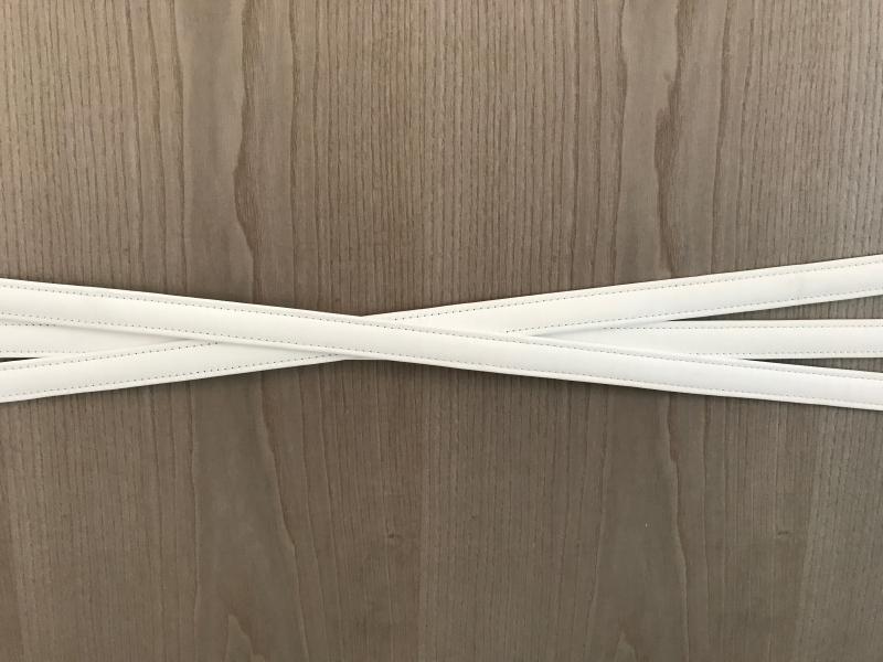 Ceintures en cuir blanc pour déco comptoir banque d\'accueil