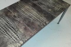 Table basse gainée en cuir imprimé façon croco
